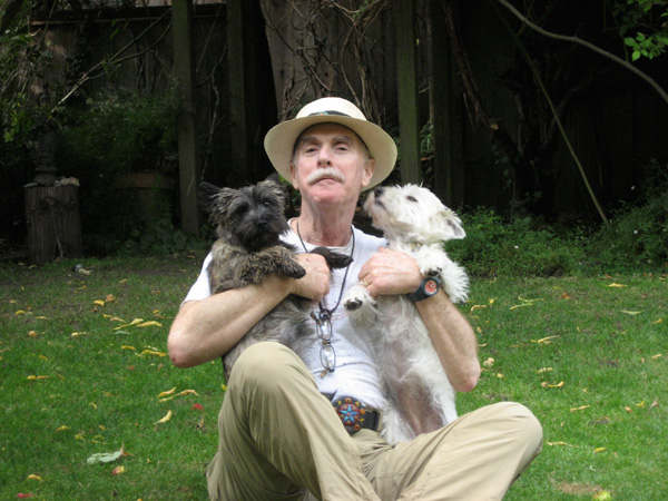 Rheingolds Aufmerksamkeit für einmal bei seinen Hunden. Er ist eine Stunde pro Tag offline.