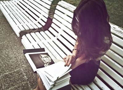 Bild einer lesenden Frau