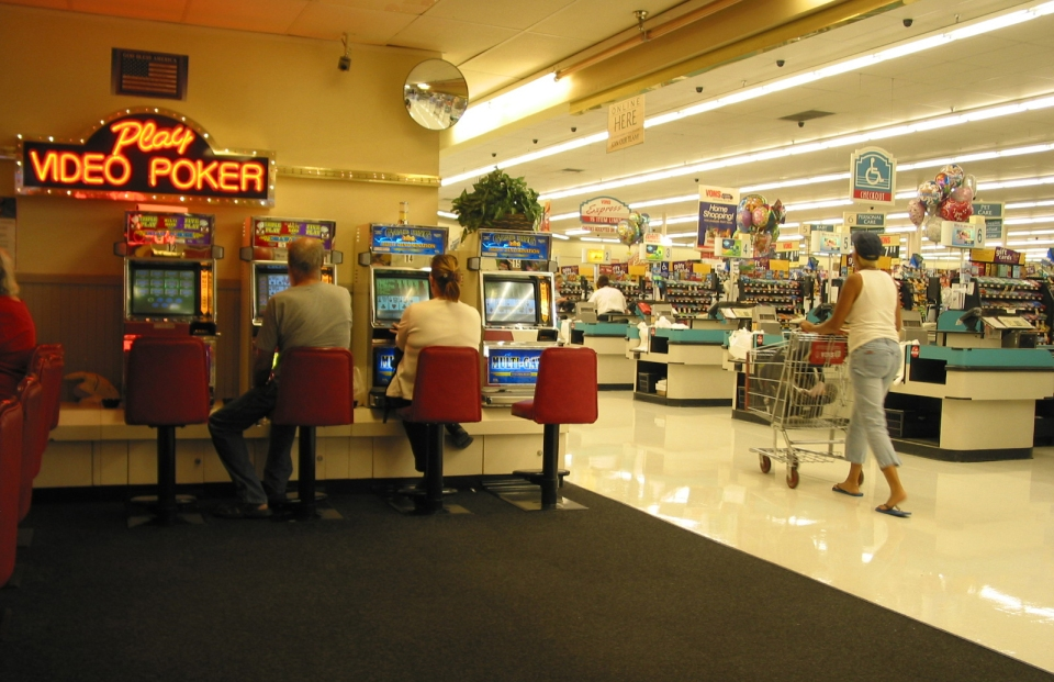 Gambling-Ecke im Luckys Supermarkt, Las Vegas. Bild: N. D. Schüll