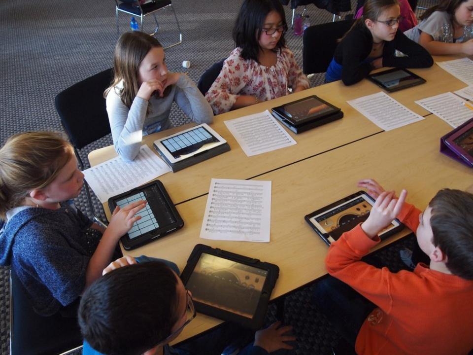 Grundschulkinder arbeiten mit Tablets. Bild: Brad Flickinger.